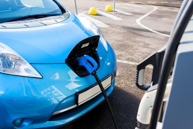 充電ケーブル付き電気自動車