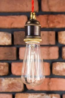 Лампа эдисона на кирпичной стене