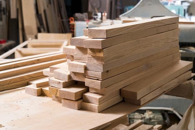 Заготовка дерева в мастерской