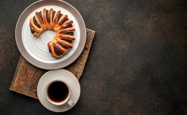 Кофе и свежая выпечка, бублики с вареньем на каменном фоне с копией пространства для вашего текста