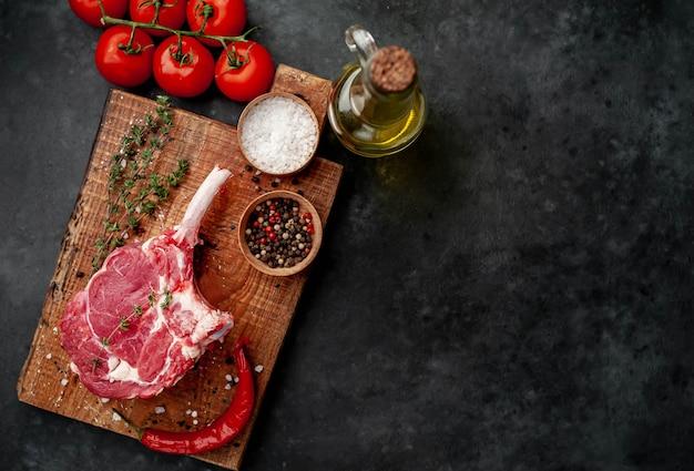 スパイス、コピースペースと生の牛肉ステーキ