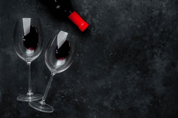 Бутылка красного вина и бокалы с вином. вид сверху с копией пространства.