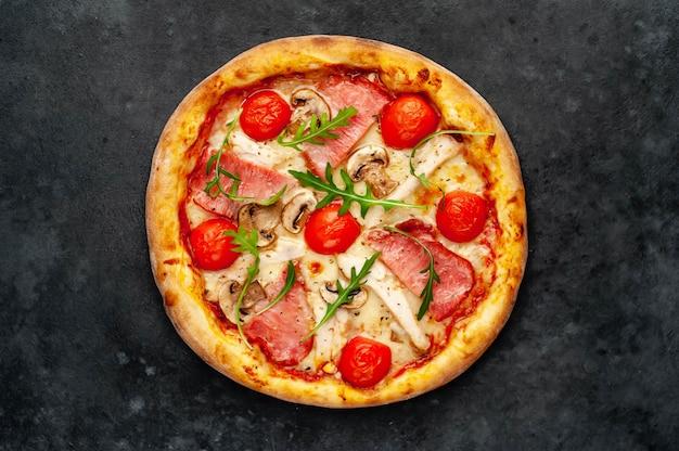 Мясная пицца с сыром, курицей, ветчиной, шампиньонами, помидорами