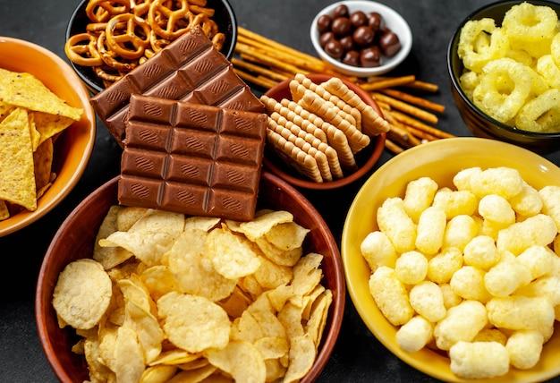 さまざまなスナックとチョコレート、ブラックのテーブル