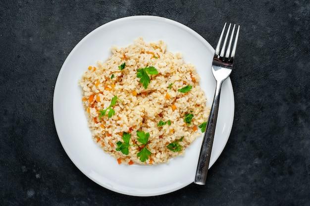 白い皿に野菜とブルガー