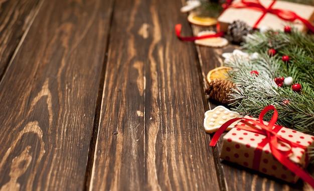 Рождественская елка с украшением на деревянной доске. копировальное пространство для текста