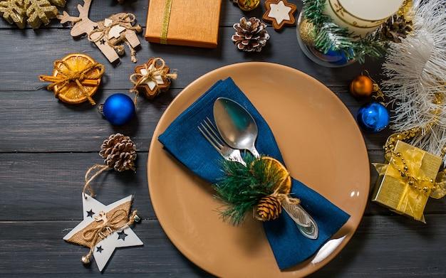 Новогодняя тарелка, серебро, елка, подарочные коробки, на деревянном фоне