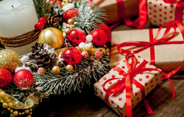 ギフト用の箱と木の背景におもちゃのクリスマスカード。