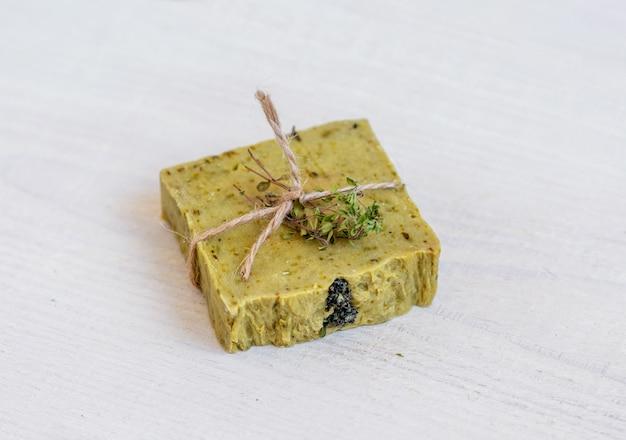 素朴な木の板に手作り石鹸。スパのコンセプト