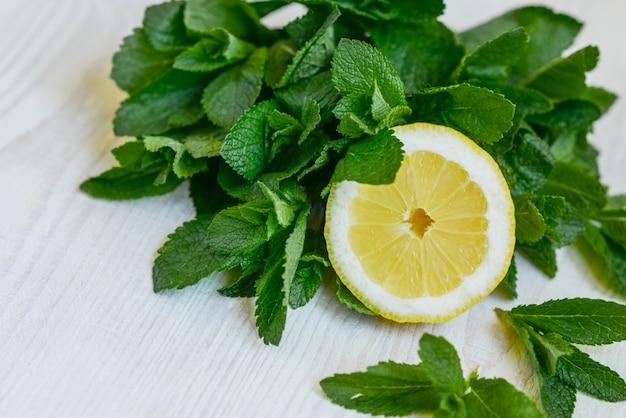 新鮮なジューシーなミントの葉とレモン