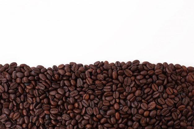 Каркас из зерен черного кофе на белом фоне