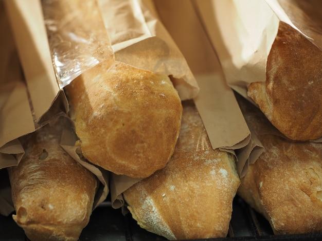 ドミニカ共和国の店でパンを販売しています。