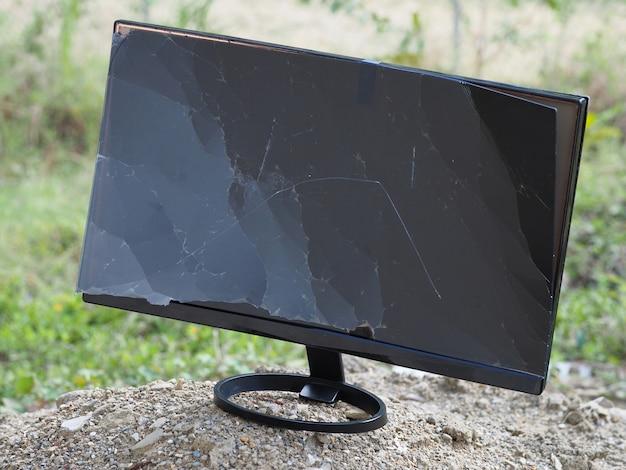 Сломанный сломанный монитор выброшен на свалку.