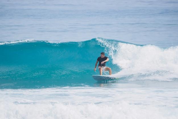 サーファーは波に乗ります。短いサーフボード。大西洋。