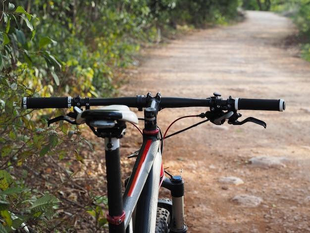 Горный велосипед на сельской скалистой дороге. спортивная концепция.