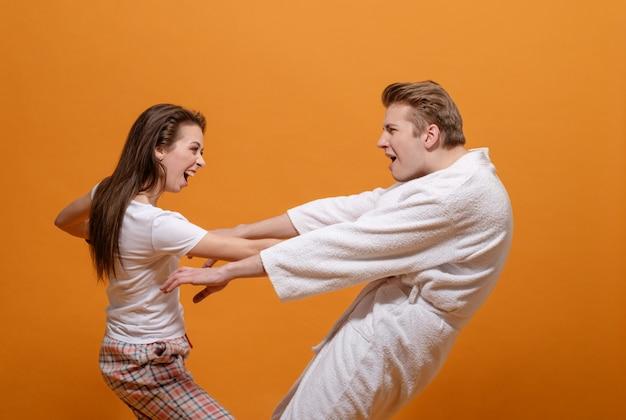男性と女性の間の深刻な対立、ボクシンググローブの女性、女性が男性を打つ、家庭内暴力