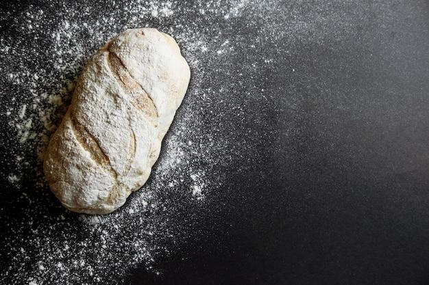 黒いテーブルの上のパン粉