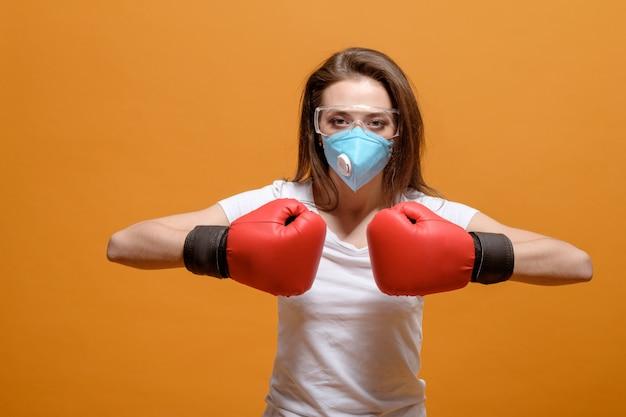 ボクシンググローブ、家庭検疫、コロナウイルスのパンデミック、ウイルスとの戦いの女性