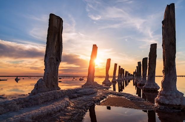 日没時の塩湖