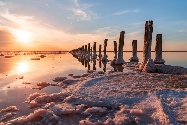 塩辛い湖の美しい夕日