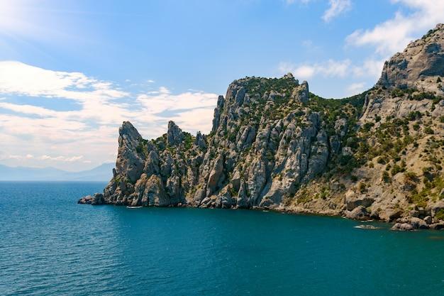 海空撮、トップビュー、素晴らしい自然の背景。水の色と美しく明るい