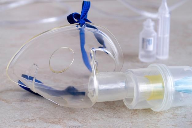 吸入器。治療用蒸気の吸入装置。薬のマスクとフラスコ。
