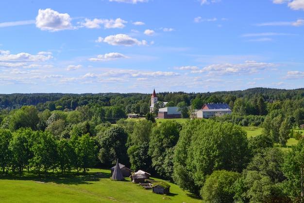 村の丘の上の教会。田園風景。