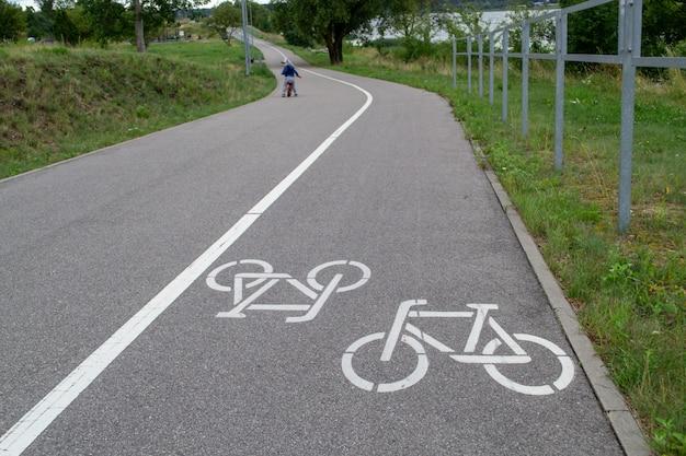 アスファルトの自転車のシンボル。市内の自転車道。アーバンサイクリング