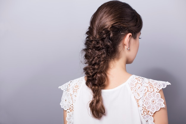 お下げの髪型と美しいブルネットの女性
