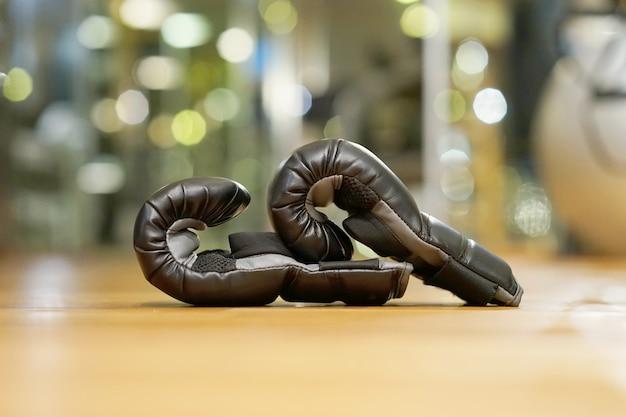 Пары перчаток черного ящика в спортзале.