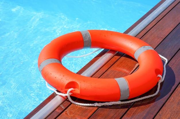 Красное кольцо для плавания с спасательным кругом