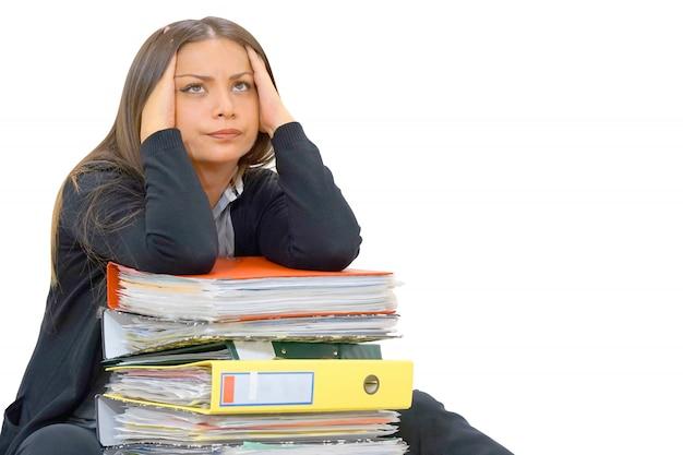 問題の実業家。たくさんの書類を持って一人でオフィスで働いています。悪い結果を叫んで叫ぶ