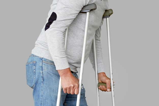 Человек с костылем. крупный план. вид сбоку