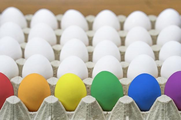 鶏の卵のトレイ。閉じる。側面図