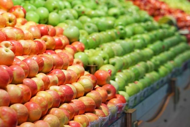 市場の屋台で野菜