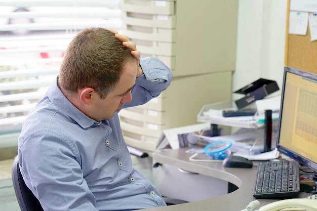 仕事でストレスがたまっての実業家の合成画像