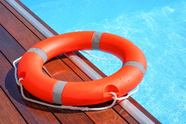Красный спасательный круг с кольцом для плавания