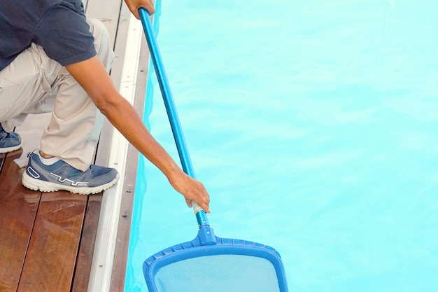 Сотрудник отеля, уборка бассейна