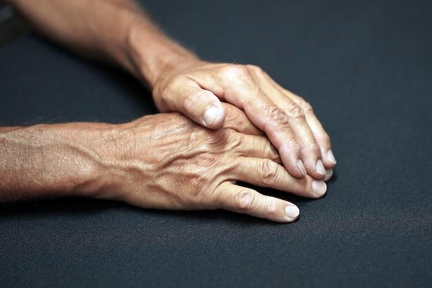 テーブルの上の老人の手