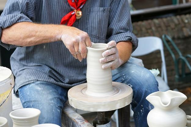陶器をしている男