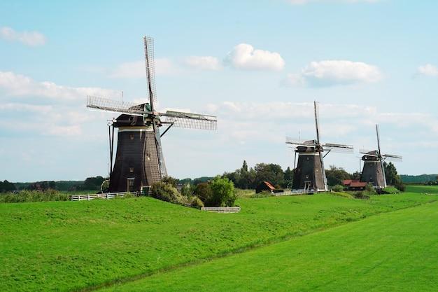 夏の朝の青い空を背景に古い風車。古い白い工場。断片。