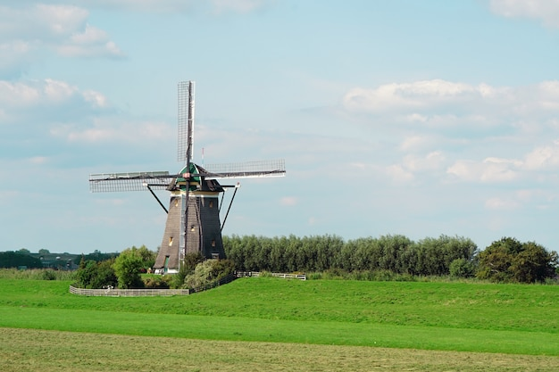 夏の朝の青い空を背景に古い風車。古い白いミル。断片。