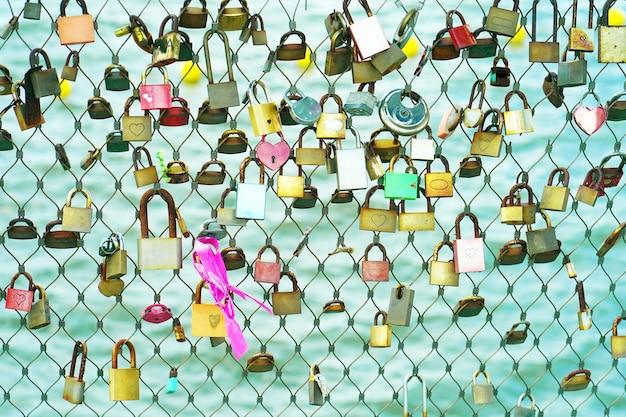 愛の南京錠は、永遠の愛の象徴である橋の上にかかっています。