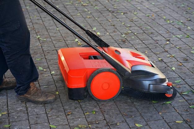 通りを掃除するための手動機