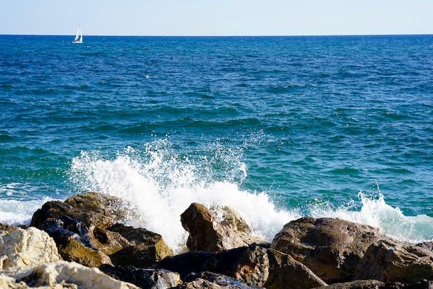 日当たりの良い夏の日の海の地平線