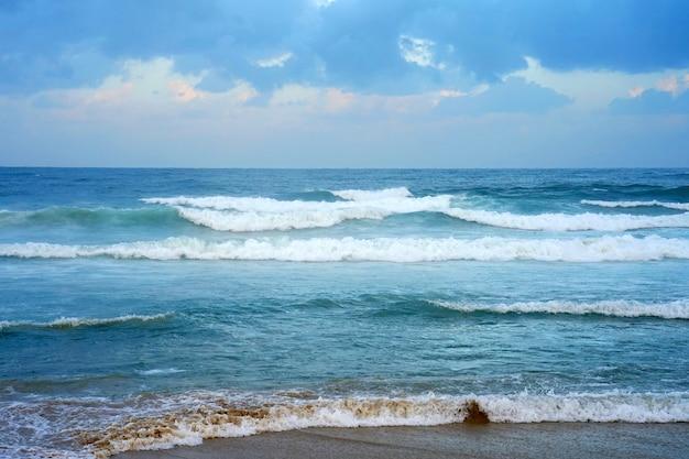 Волны на пляже в ветренную погоду