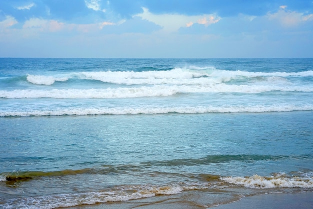 風の強い天気のビーチで波