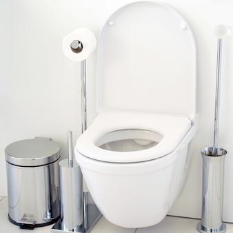 Белый туалет в ванной