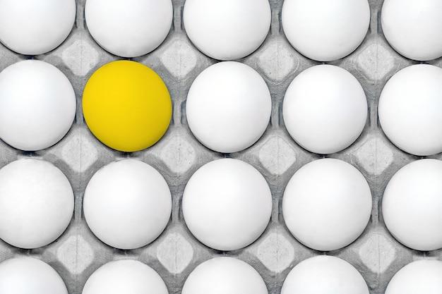 鶏の卵のトレイ。上からの眺め