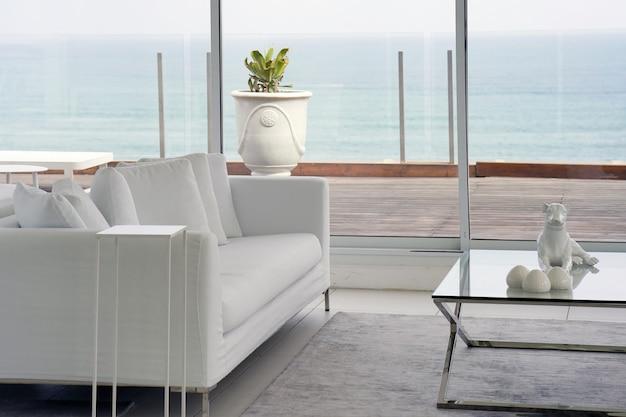 ソファ付きの白い部屋。リラックスできるラウンジのソファ。